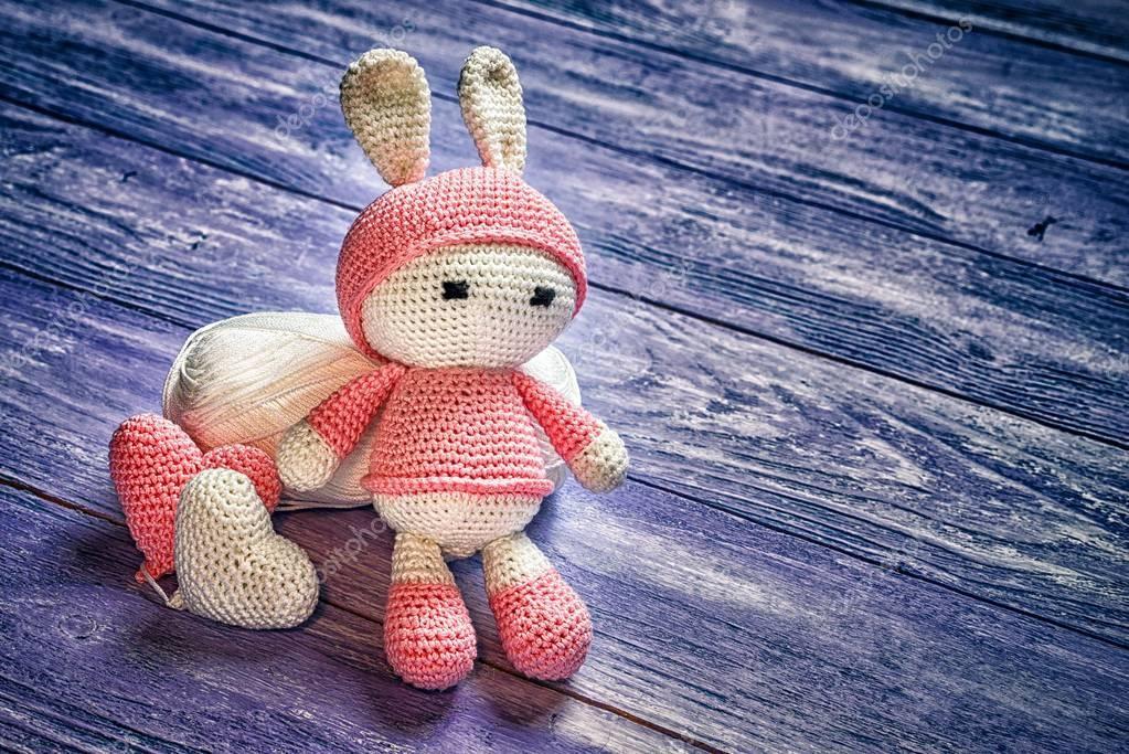 Juguete de conejo de ganchillo hecho a mano de la muñeca sentada en ...
