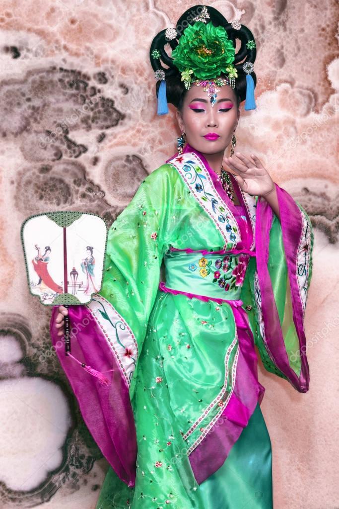 d4a8fdce2b89 Ασιατικές γυναίκα με παραδοσιακή Κινέζικη ενδυμασία με ανεμιστήρα– εικόνα  αρχείου