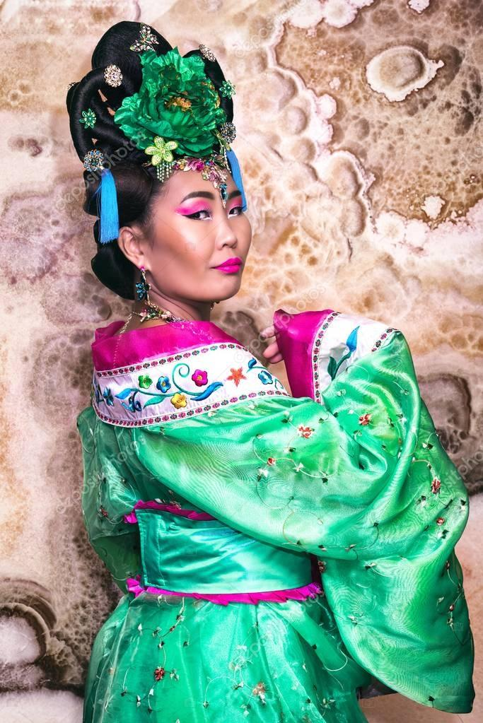 91101269b63f Portrét čínského gejša v velmi krásné čínské tradiční šaty s širokými  rukávci a květina ve vlasech