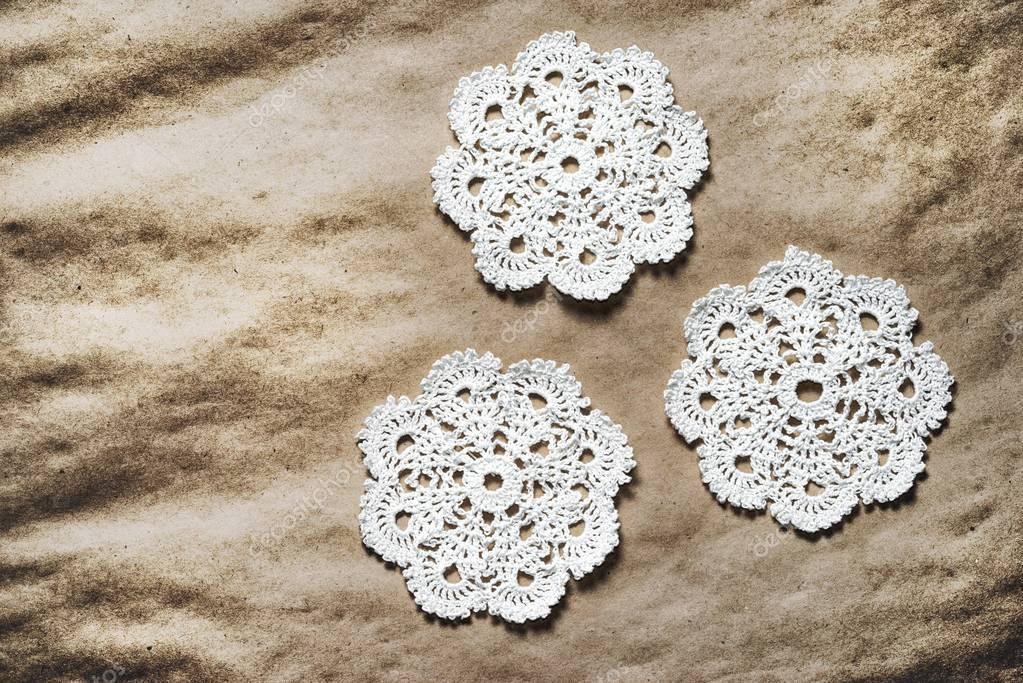 Drei weiße Handarbeit häkeln Deckchen auf ein altes ...