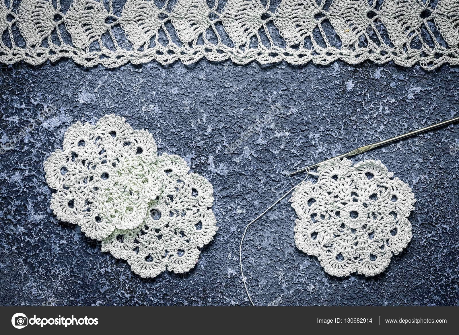 Antiguo Tapete De Ganchillo Hecho A Mano Sobre Fondo De Cemento  -> Tapetes Para Sala Tejidos A Crochet