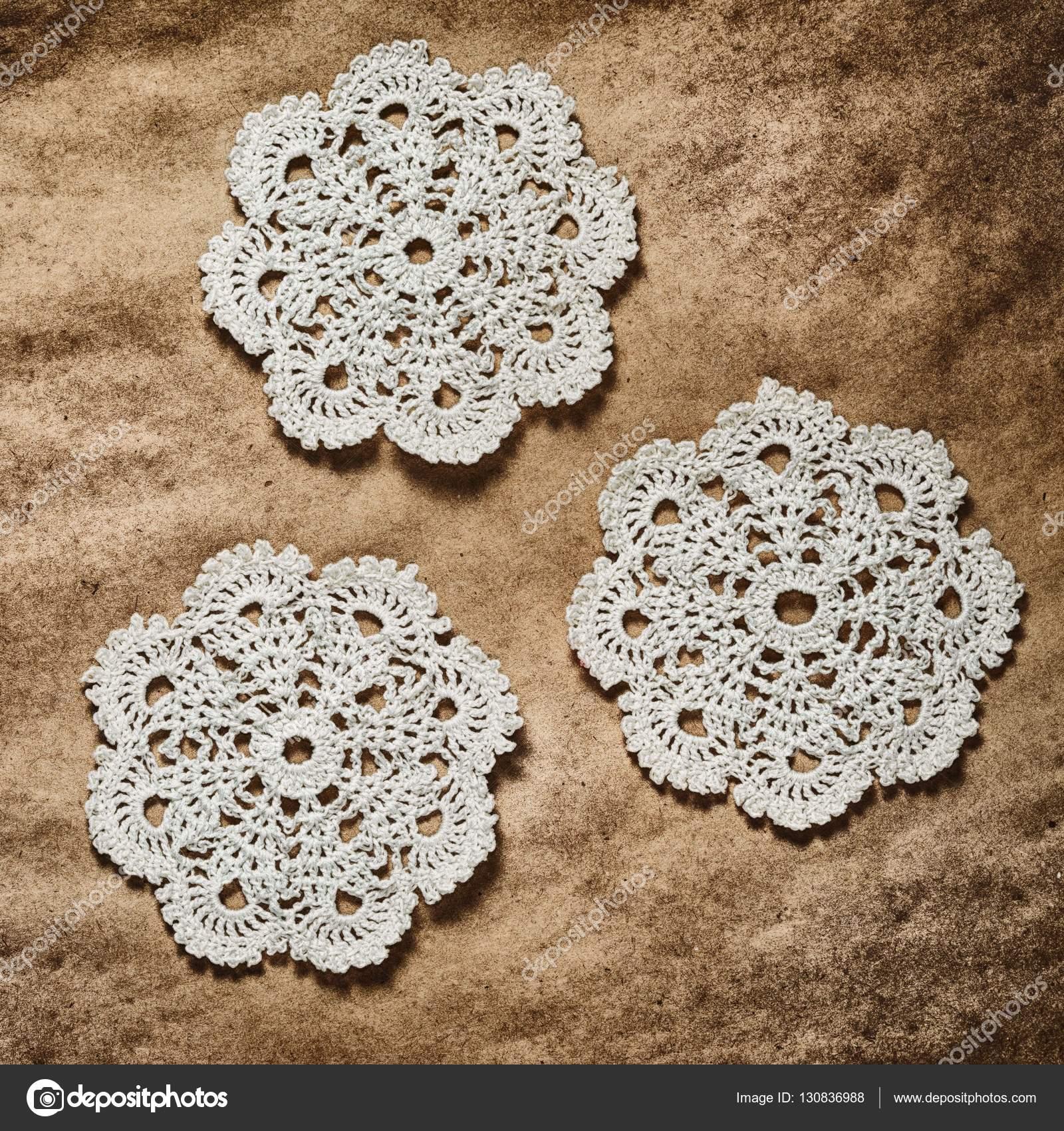 tres crochet posavasos patrón sobre papel oscuro, cuadrado — Foto de ...