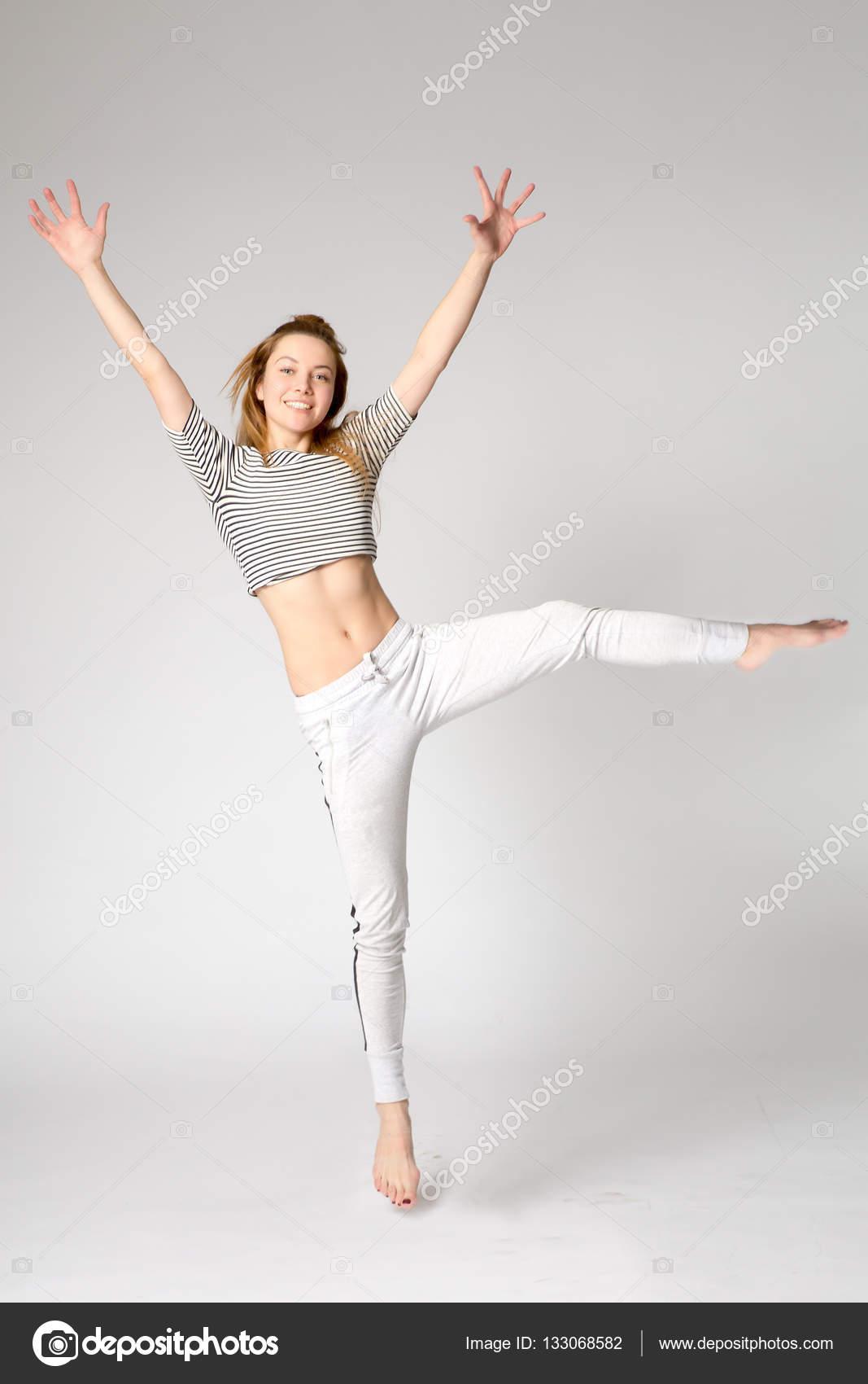 фитнес спорт девушка в спортивной одежды танцы хип хоп прыгать вверх