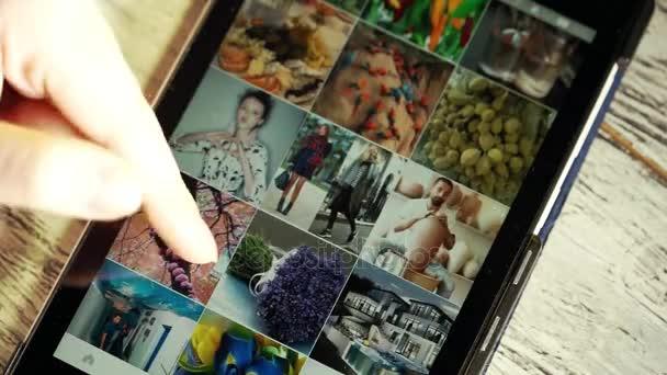 Moskva, Rusko - 10. března 2017: žena vypadá na fotky z Instagramu na tabletu, zblízka
