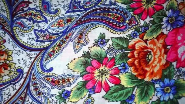 Moskva, Rusko - 29. března 2017: Krásný bílý šátek s velkými květy ve Pavlovoposad, tradičního ruského suvenýru. Pavlovo Posad ruské šátek s květinovými vzory, pozadí. Dolly pohyb