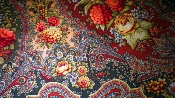 Moskva, Rusko - 29. března 2017: Krásný zelený šátek s velkými květy ve Pavlovoposad, tradičního ruského suvenýru. Pavlovo Posad ruské šátek s květinovými vzory, pozadí. Dolly pohyb