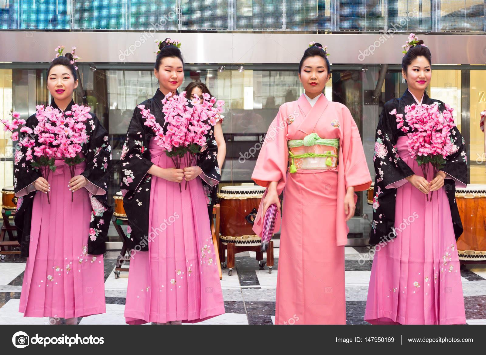 Moscú, Rusia - 24 de marzo de 2017: Grupo de chicas japonés geisha ...