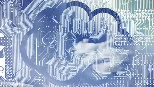 Cloud Computing Konzeptvideo. tiefblauer Himmel mit Wolken Zeitrahmen in einer Wolke auf einem Platinenhintergrund.