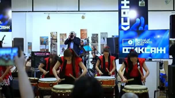 Moskau, Russland - 21. April 2017: Taiko-Trommler-Mädchen aus der Gruppe Taiko Inspiration im zentralen Haus der Künstler bei der Eröffnung des Festivals der modernen Fotografie Fiksazh durchführen