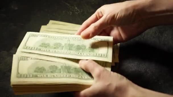 Dámské ruce spočítat sto dolarové bankovky