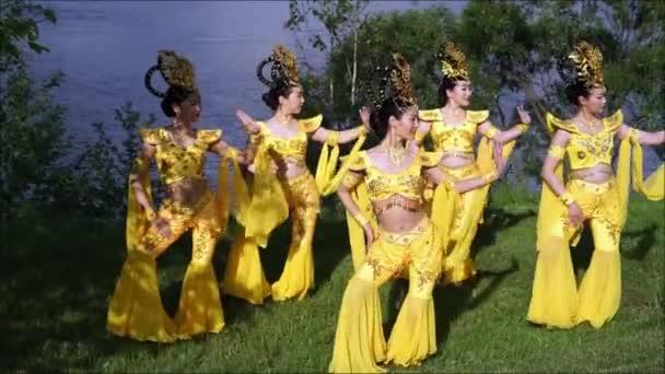 skupina pěti asijské ženy herečky v tradiční Čínská žlutá kostýmy tanec nádherný tanec na břehu řeky