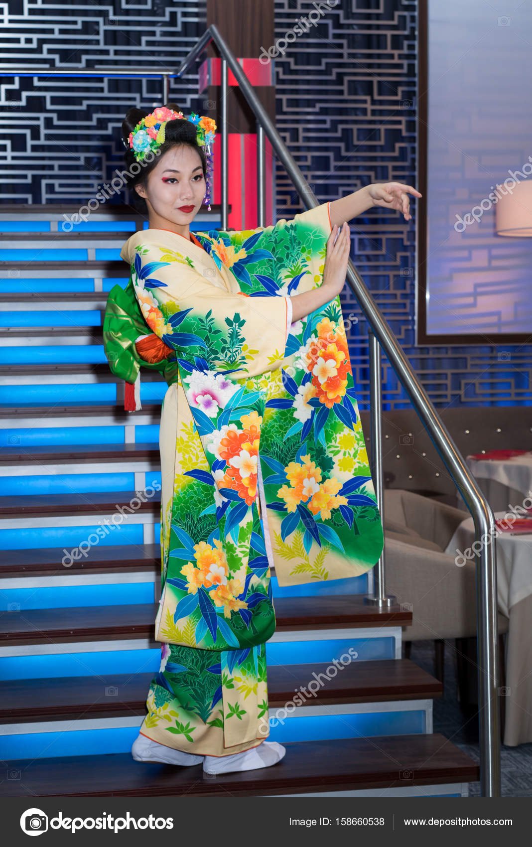 Geisha bow | Geisha in traditional chinese floral kimono