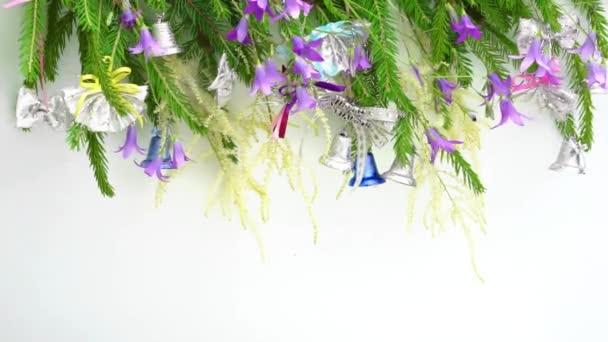 flutter síní na rámu brunche vánoční strom vítr v řadě zdobené zvonky výše, kopírovat místa pro text v dolní části. Nový rok a Vánoce koncepční blahopřání