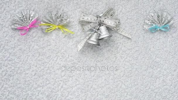 Vánoční zvonky, luk a fanoušky snímku řádek na zářící pozadí s kopií prostor pro váš text. Přetečení odraženého světla