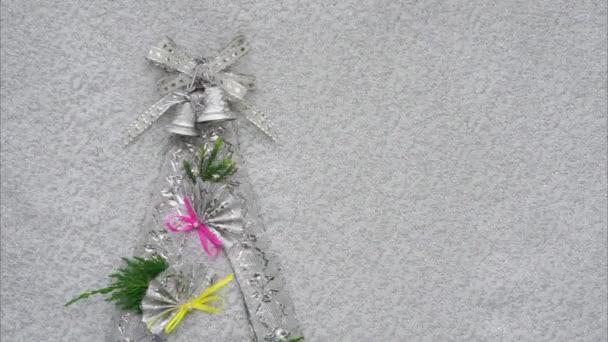 vánoční stromky s zvony stuhou luk a fanoušky jako dekorace a kopírovat prostor pro váš text