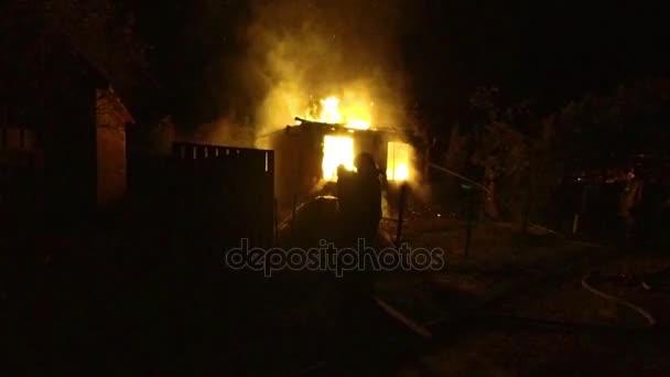 k nepoznání hasiči uhasit požár v dřevěném domě v noci