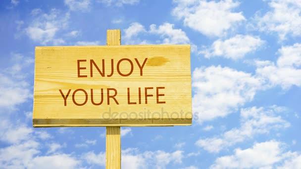 Užívejte si života. Slova na špejli proti času zanikla mraky na modré obloze