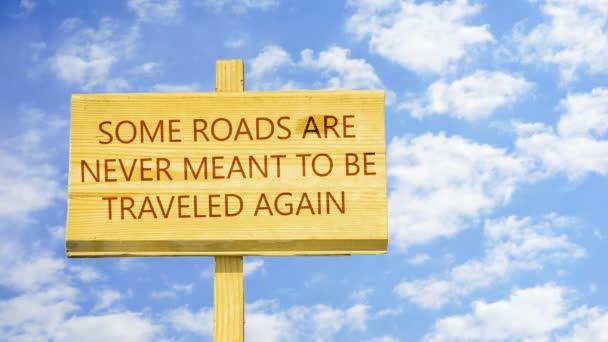 Einige Straßen sollen nie wieder zurückgelegt werden. Wörter auf ein Holzschild gegen Zeit verfallen Wolken am blauen Himmel