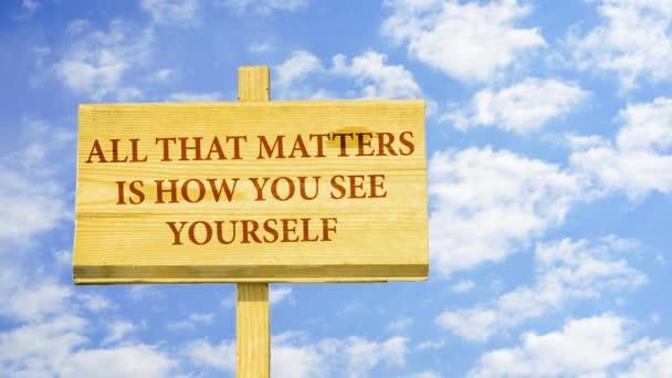 Záleží jen, jak sami vidíte. Slova na špejli proti času zanikla mraky na modré obloze.