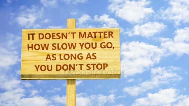 Nezáleží na tom, jak pomalu jdete tak dlouho, dokud nepřestanete. Slova na špejli proti času zanikla mraky na modré obloze.