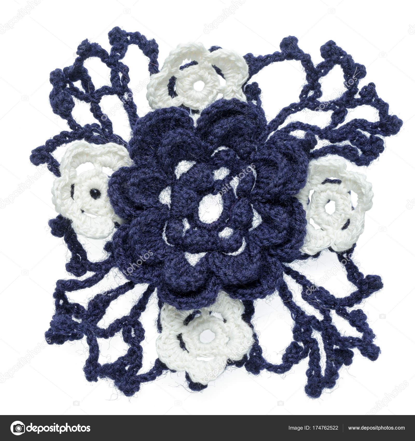 Eine Blaue Große Häkelblume Element Mit Netz Von Blättern Und ...