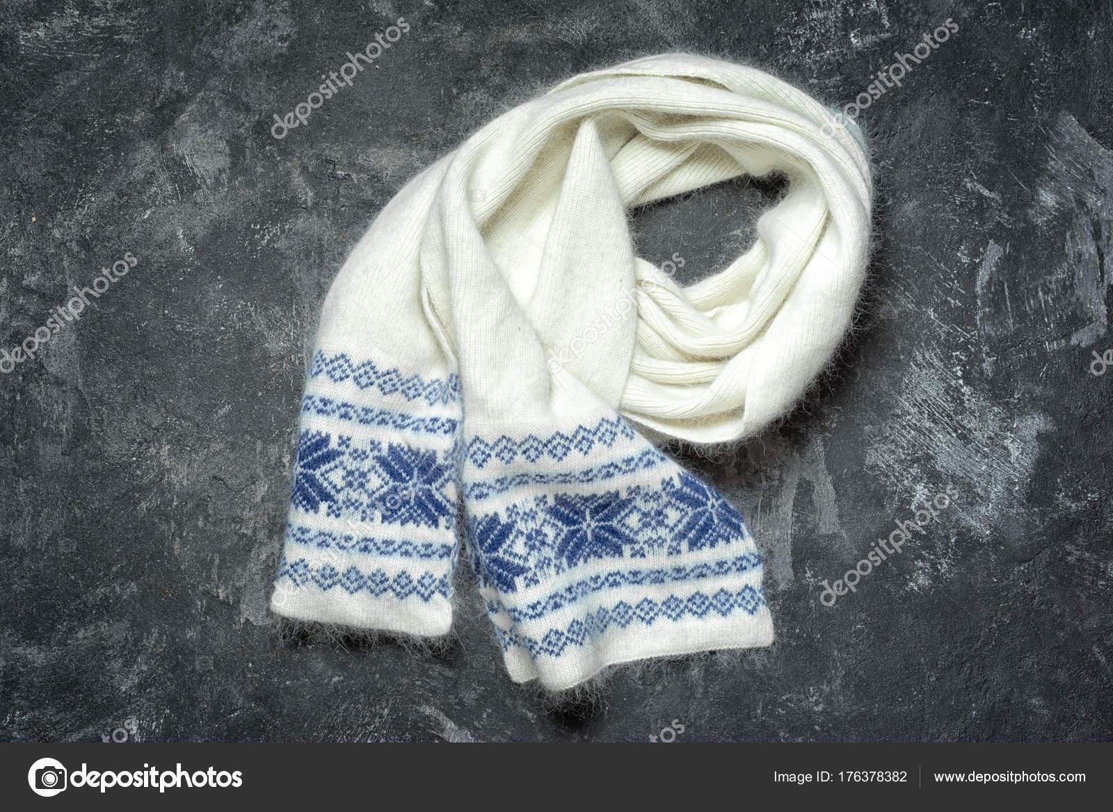 eafeb7e8a65 Bílé vlněné pletená šála se vzorem sněhové vločky. Podzimní a zimní  oblečení. Módní doplňky. Byt leží na pozadí temné cament — Fotografie od ...