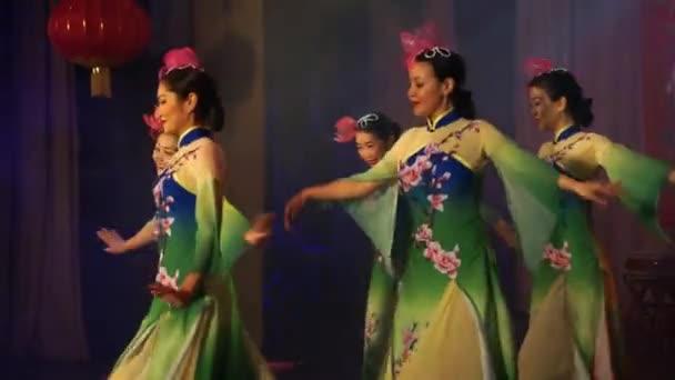 Moskva, Rusko - 03 února 2018: asijské dirls v tradiční asijské kostýmu provádí round dance během asijské Novoroční koncert