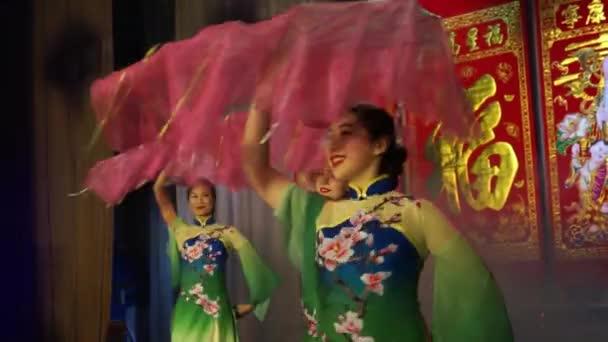 Moskva, Rusko - 03 února 2018: asijské dirls v tradiční asijské kostýmu provádí tanec s fanoušky během asijské Novoroční koncert