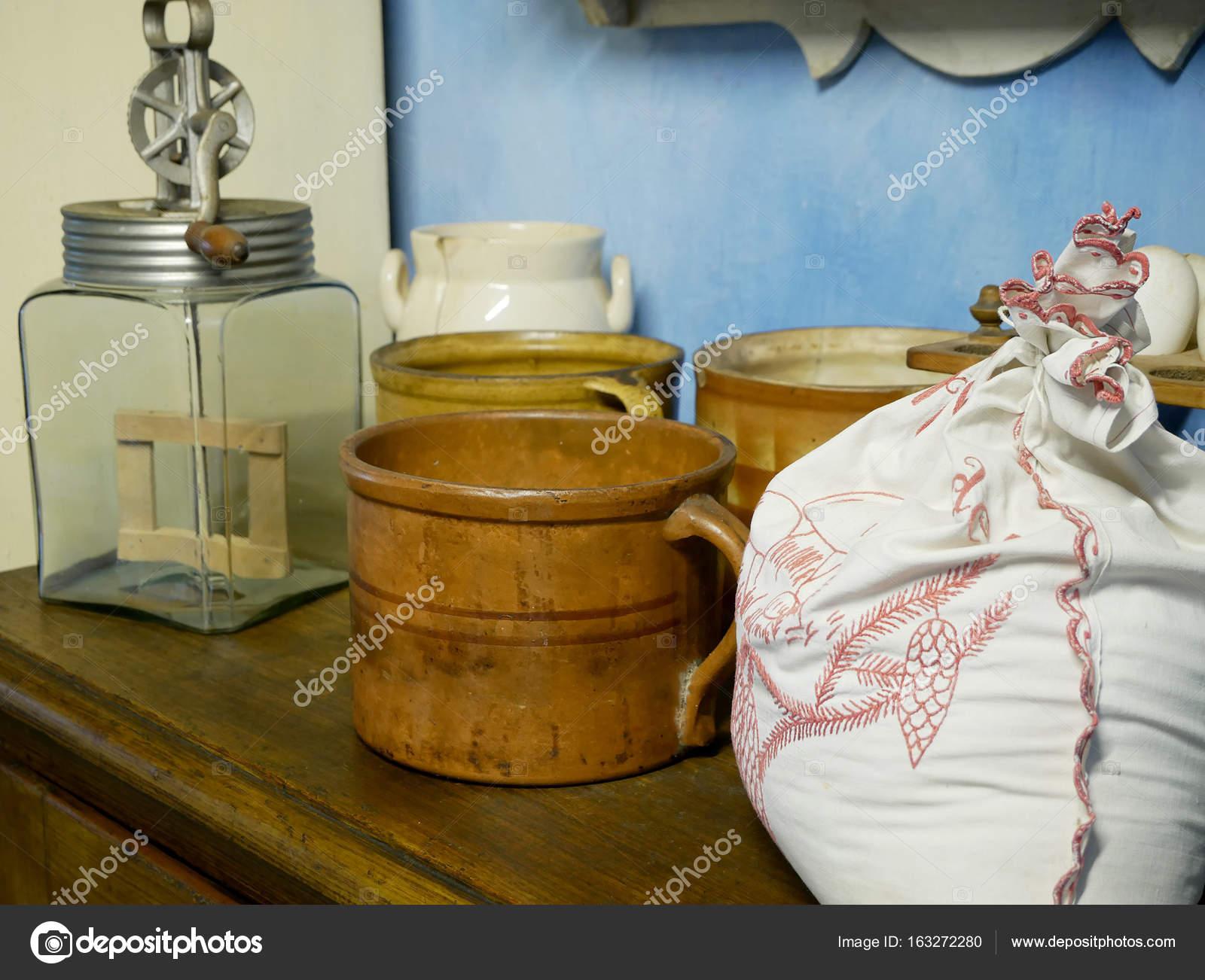 Alte Küchengeräte, Tassen, Schlagsahne Handcreme, einen Beutel mit ...