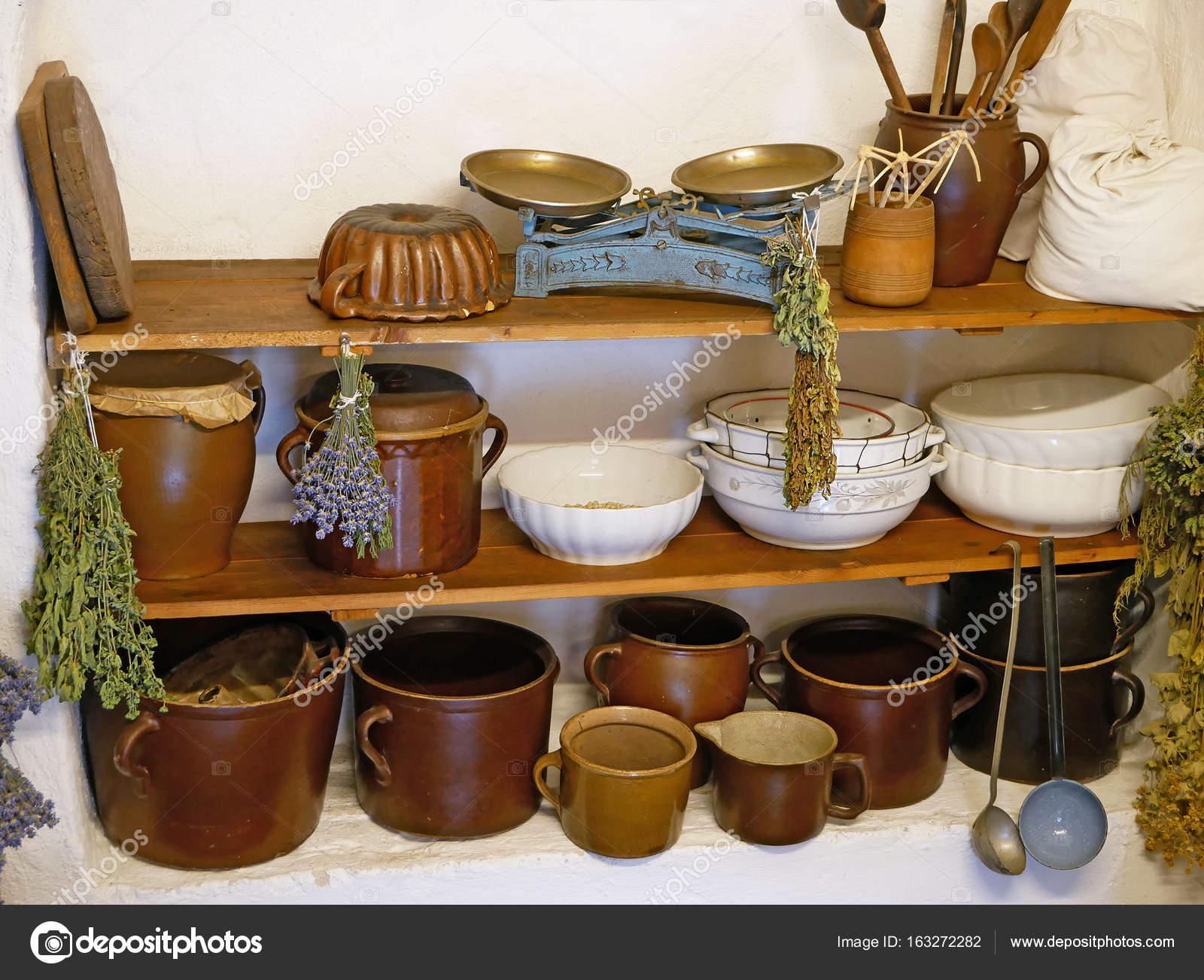 Vecchi utensili da cucina, bilancia da cucina, tazze, ciotole ...