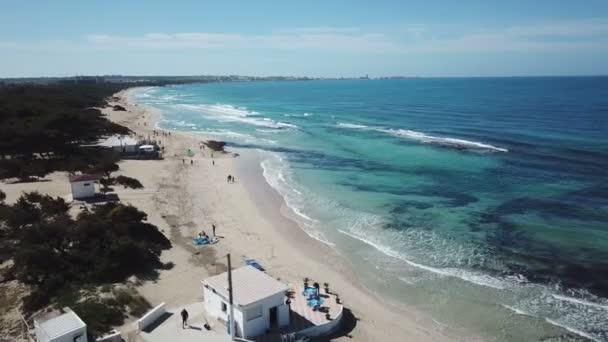 Letecký pohled na písečnou pláž a moře s vlnami - DRONY filmové 4 k zobrazení