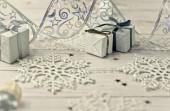 Vánoční světle šedé pozadí na dřevěných prknech s tinsel, do