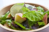 Vegetáriánus kedvenc, kontinentális reggeli saláta változatos zöldségekkel