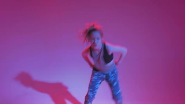 Fiatal elegáns lány táncol a stúdióban egy színes neon háttér. Zene dj poszter design.