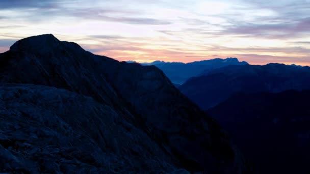 Timelapse východ slunce nad vrcholky. Slunce nad ostré vrcholky Alp. Barevné nebe