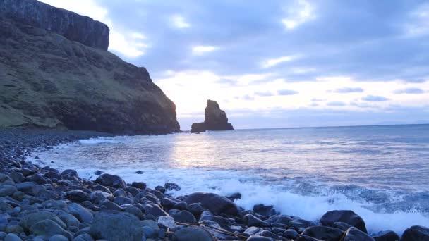 Nádherný západ slunce v Talisker zálivu na západním pobřeží ostrova Isle of Skye ve Skotsku během větrných západ slunce. Ostré skalní věž pěnitou n. Hebridy, vlny které narazilo na ostré skalní