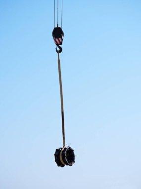 Crane handling 500mm multi joint member pipe.