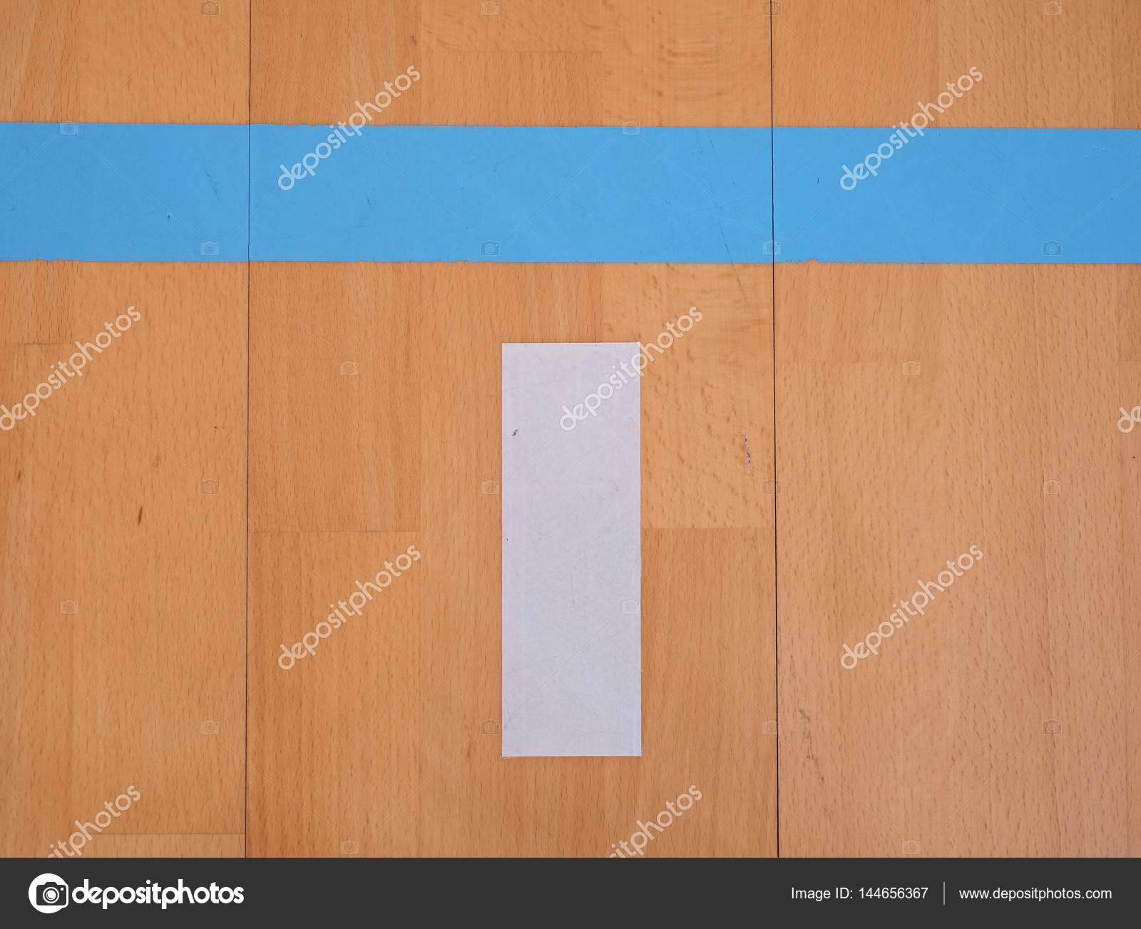 Holzfußboden Erneuern ~ Weiße linie in halle spielplatz. erneuerung holzboden u2014 stockfoto