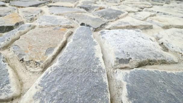 Budování zdi postavené z rozbité plochými kameny. Staré kamenné zdi z přírodní materiál a konkrétní, nefunkční marl kameny, tradičních stavebních materiálů