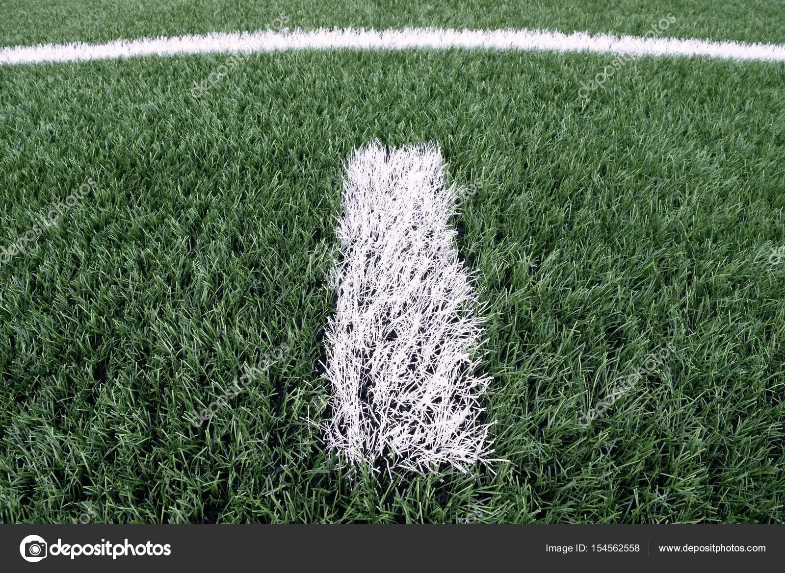 Tappeti Per Bambini Campo Da Calcio : Linea bianca marchi dipinto su fondo di tappeto erboso artificiale