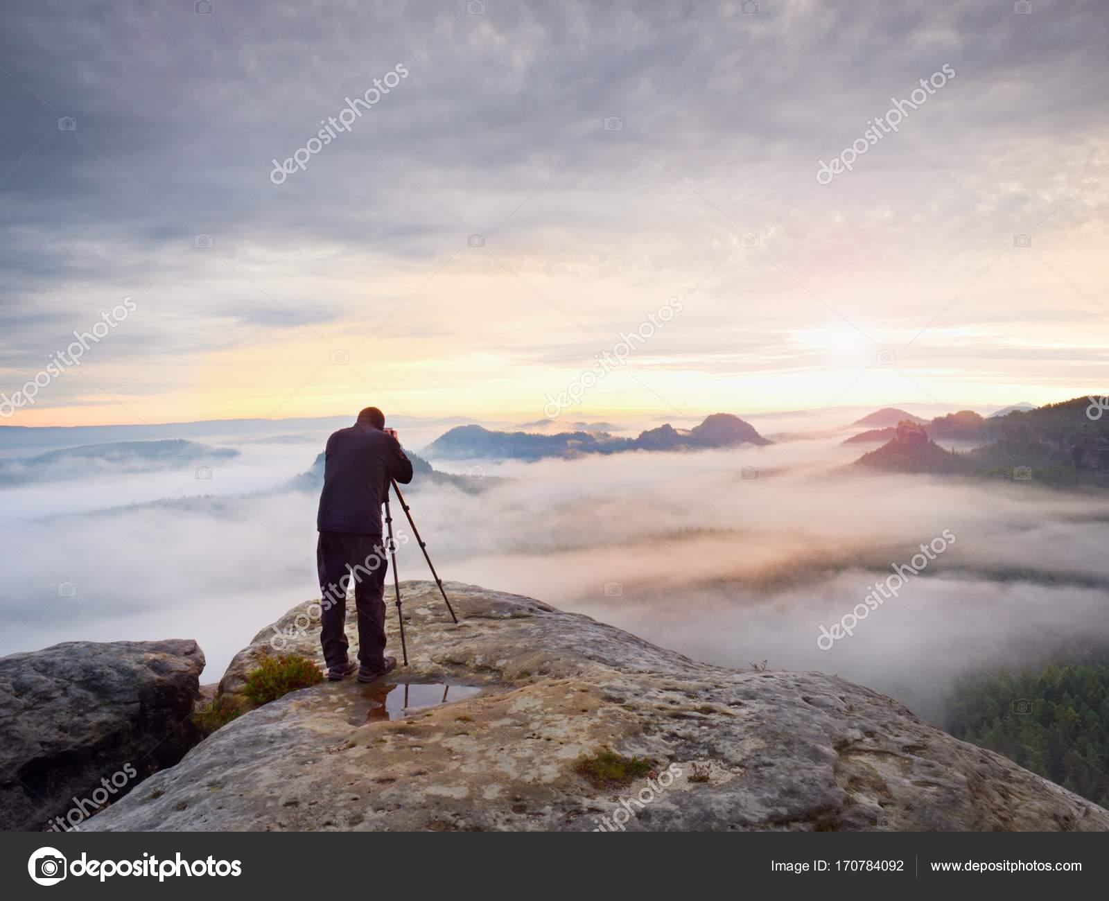Fotograf Rahmung Bild mit Sucher im Auge. Foto-Enthusiasten genießen ...
