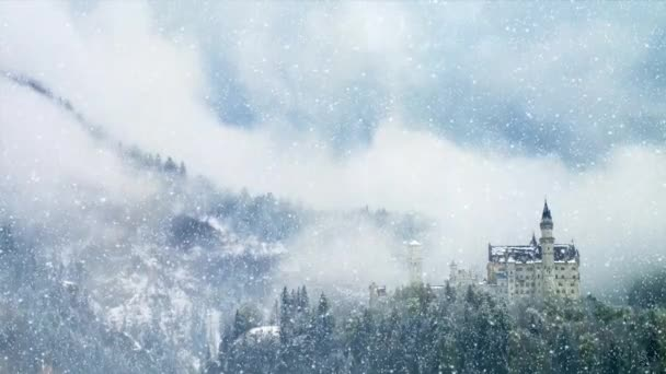 Schloss Neuschwanstein an einem frühen Wintermorgen mit schneebedeckten Bergen. Schloss Neuschwanstein ist Unesco-Weltkulturerbe
