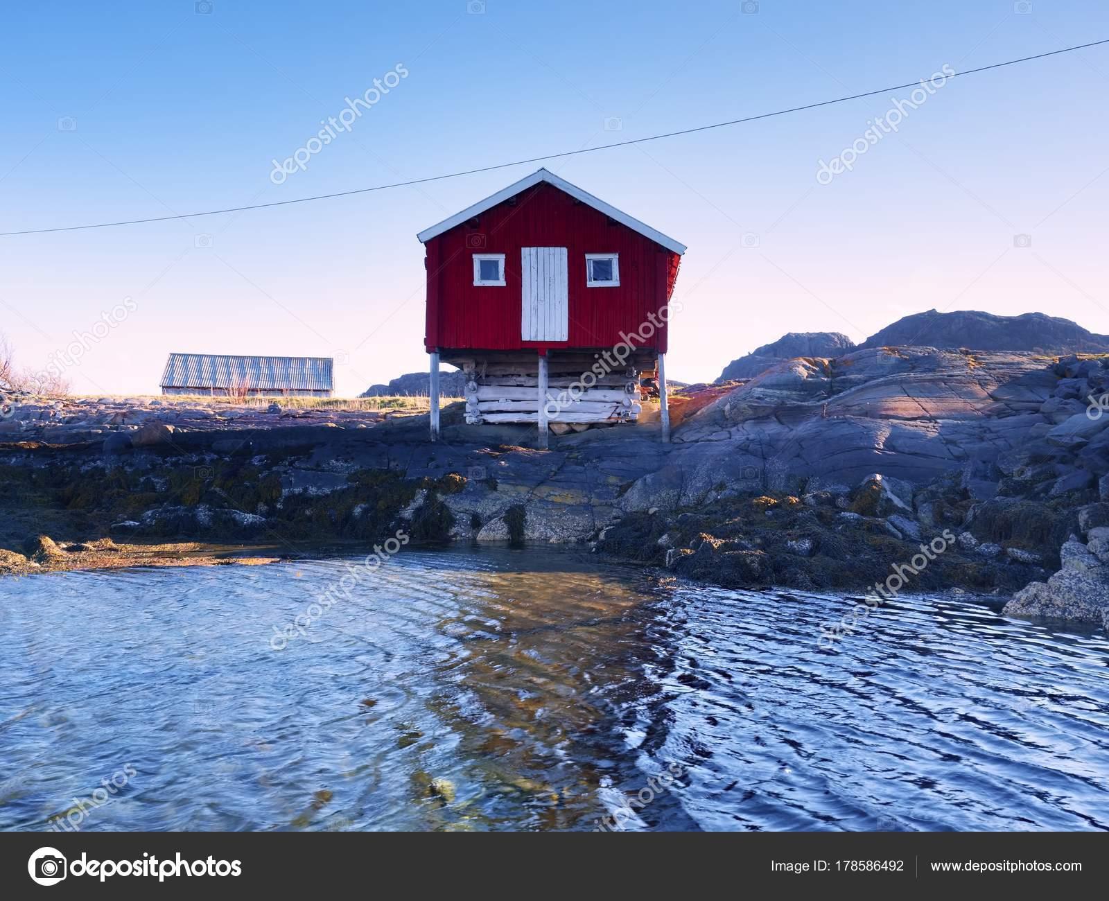 rotes haus auf dem felsen in der n he von wasser die seelandschaft mit traditionellen roten. Black Bedroom Furniture Sets. Home Design Ideas