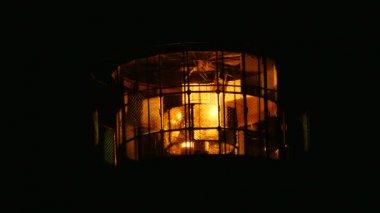 Zářící maják lampa. Fresnelova čočka z skleněné kroužky. Detailní noční záběry s Selektivní ostření
