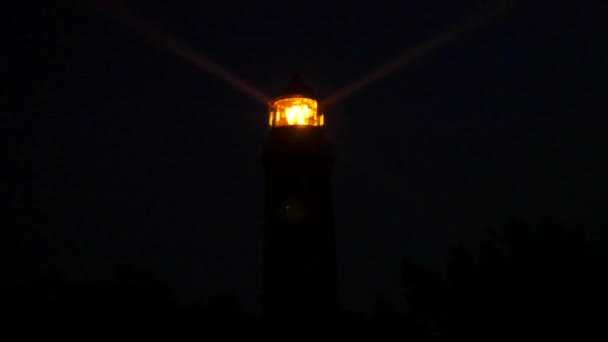 Detail obrací lampu v majáku. Detail Fresnelovy čočky. Věž osvětlená s silnou varovné světlo. Shinning starý maják s temné noci. Maják v Prerow, Německo