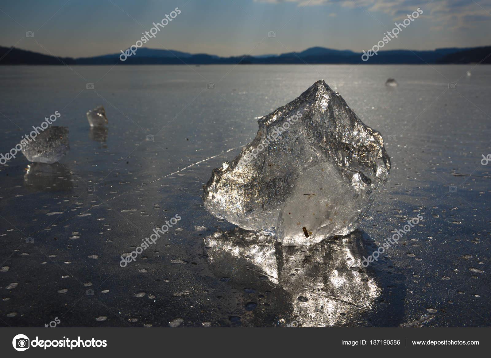 Pista de patinaje sobre hielo natural al aire libre roto piezas de ...