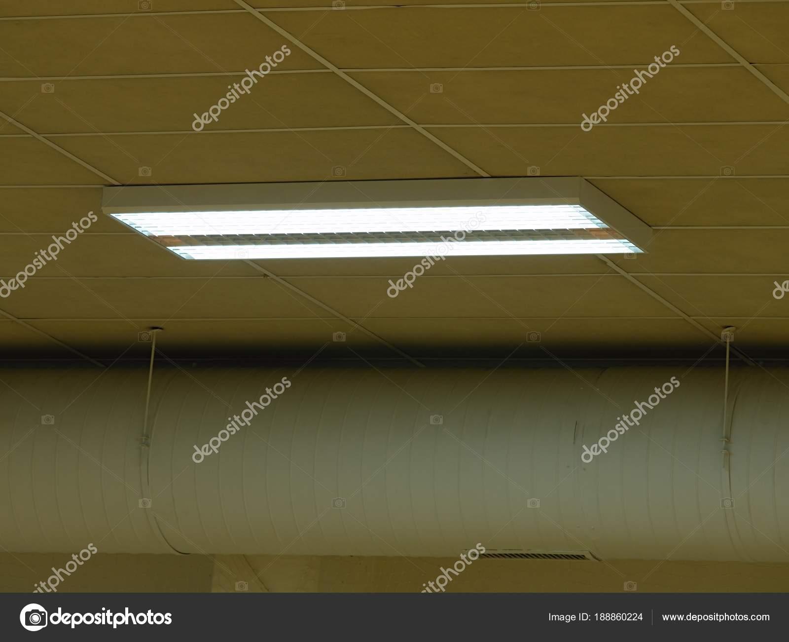 Ufficio sala soffitto aperto con tubo aria e apparecchi di