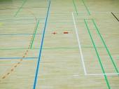 Školní tělocvična patro. Dřevěné podlahy sportovní haly s barevné označení linky