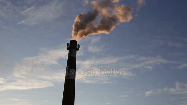 Průmyslové znečištění. Kouř z komína. Copyspace
