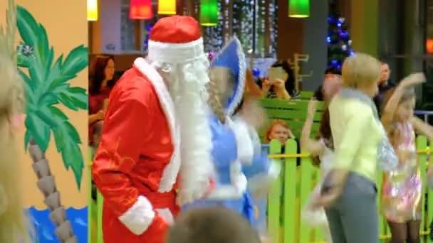 Babbo Natale Video Per Bambini.Energodar Ucraina 29 Dicembre 2017 Bambini Festeggiano Il Natale E Capodanno Divertirsi Ballando Con Babbo Natale Alla Presentazione Vicino All Albero Di Natale All Asilo